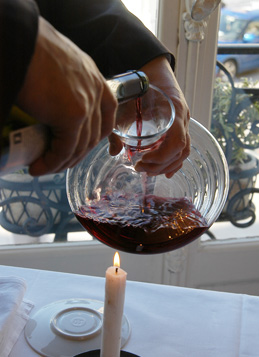 © BIVB / MONNIER H Decanting of a Burgundy wine